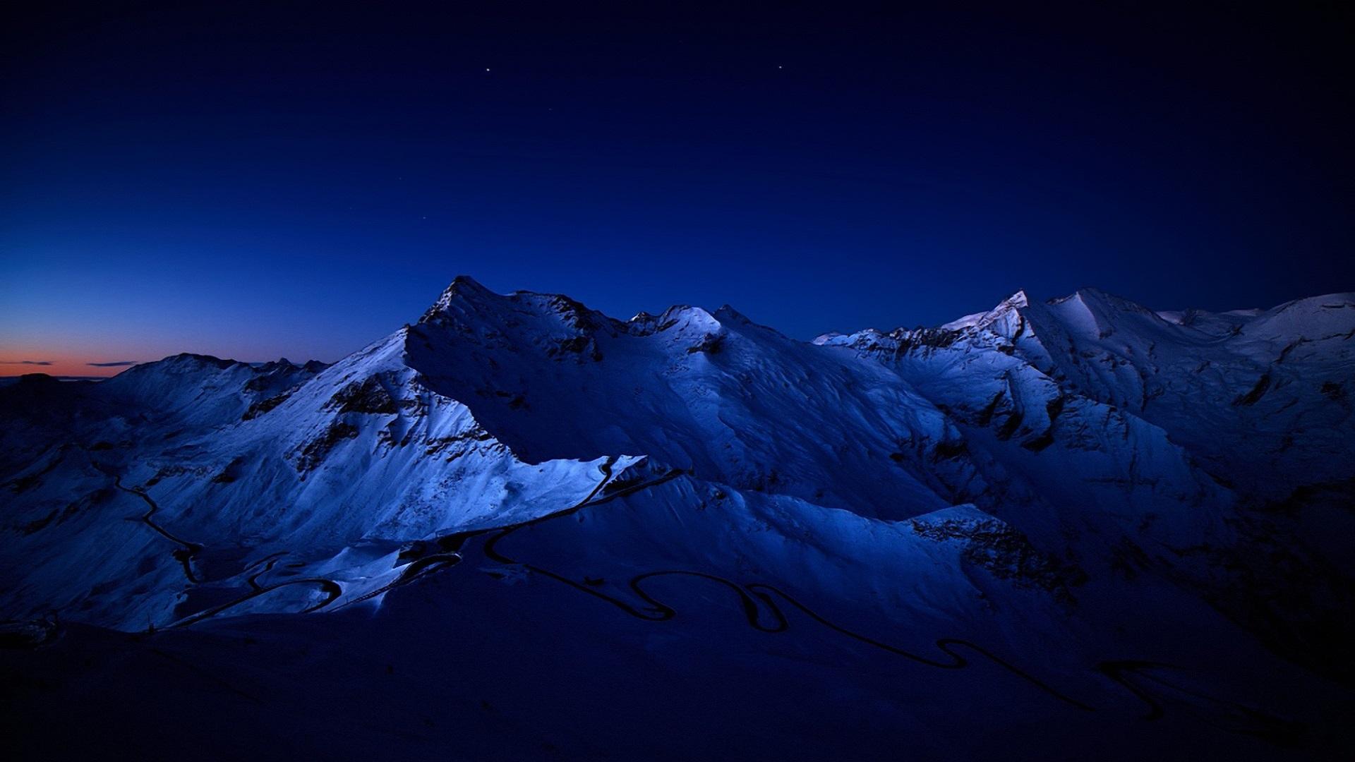 6776514-beautiful-snowy-mountains